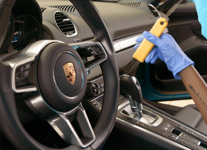homem fazendo limpeza interna acquazero estética automotiva Recife