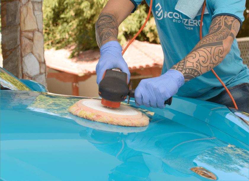 capo de carro sendo polido. cristalização de pintura