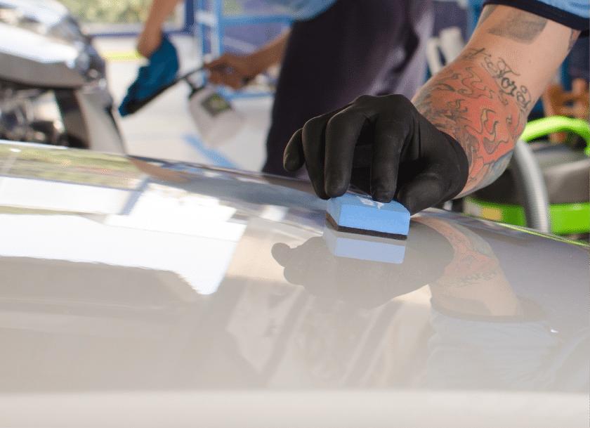 serviço cristalização de pinturas sendo realizado no carro