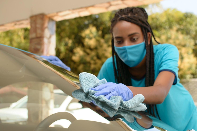 moça limpando o carro imagem ilustrativa lavagem a seco