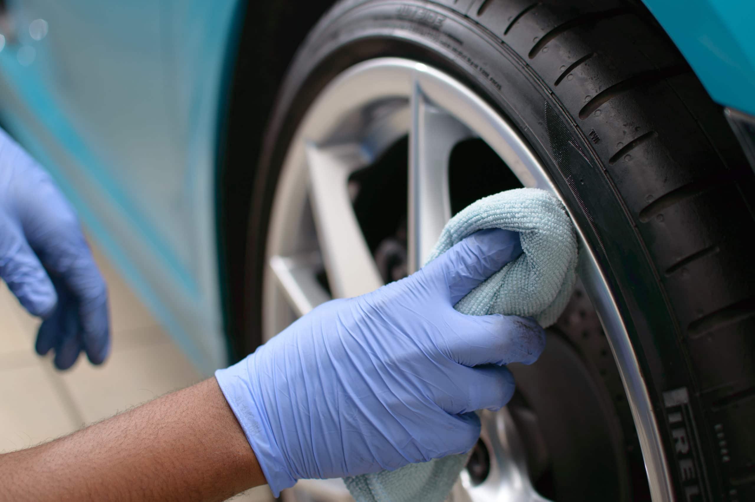 homem limpando roda do carro imagem ilustrativa estética automotiva