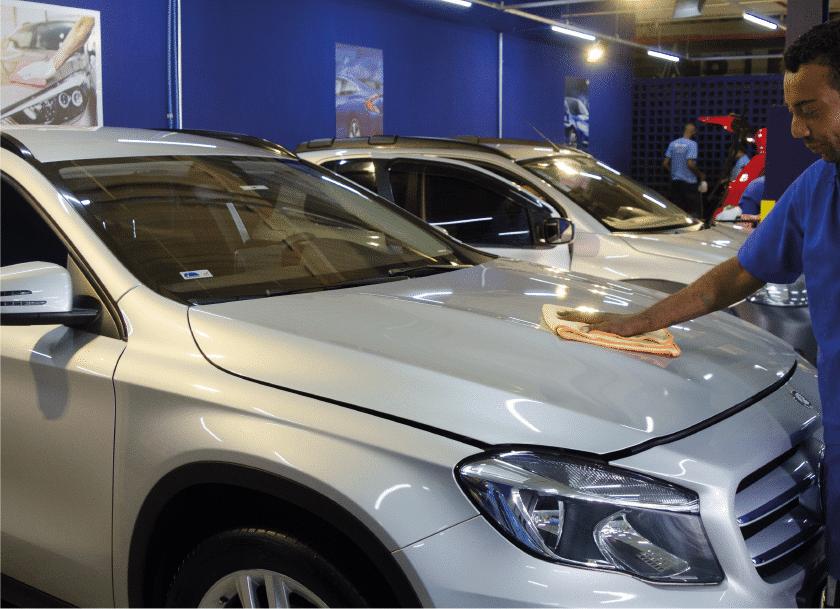 profissional limpando capo de carro. limpeza de carro. lavar carro em imbuí