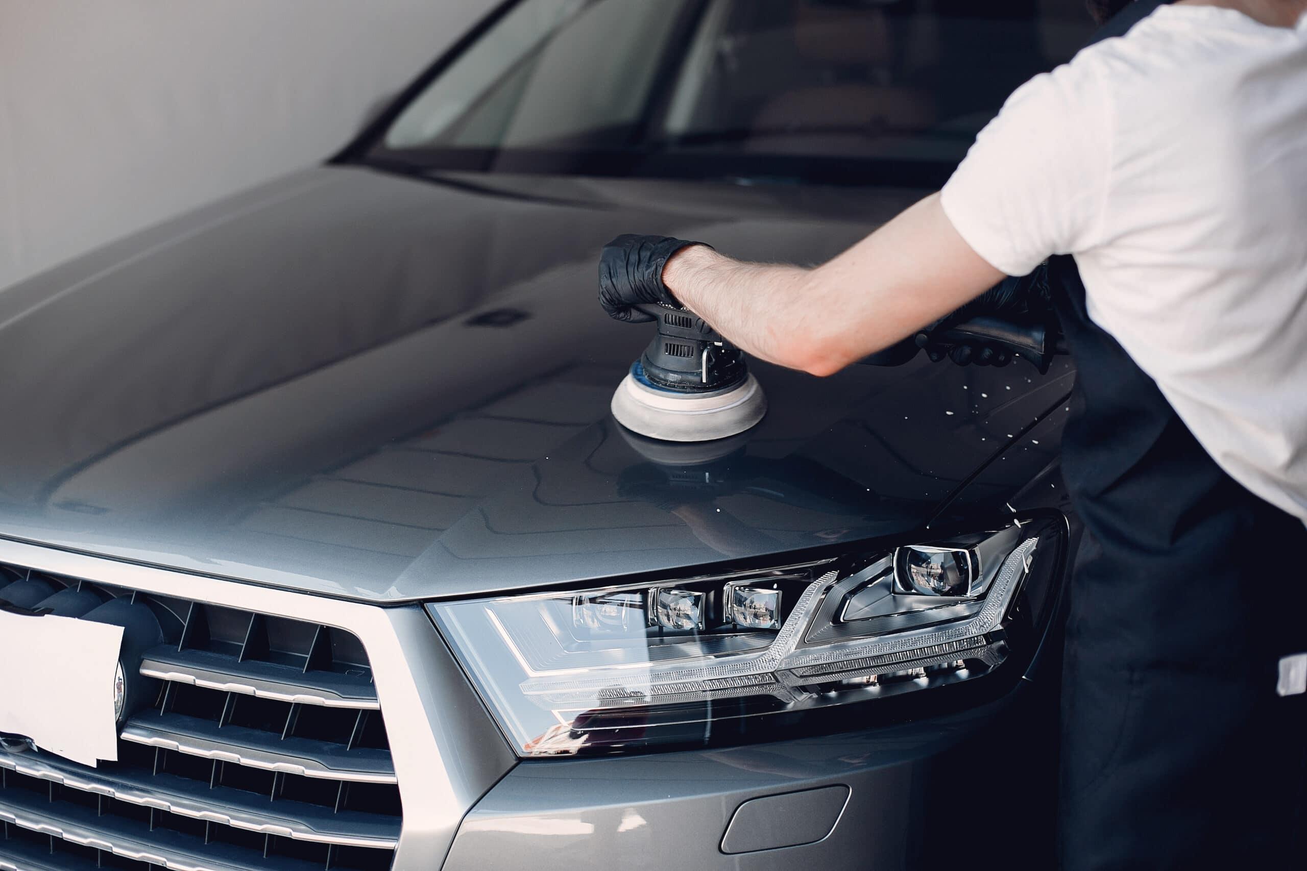 homem fazendo o polimento de um carro com polidor
