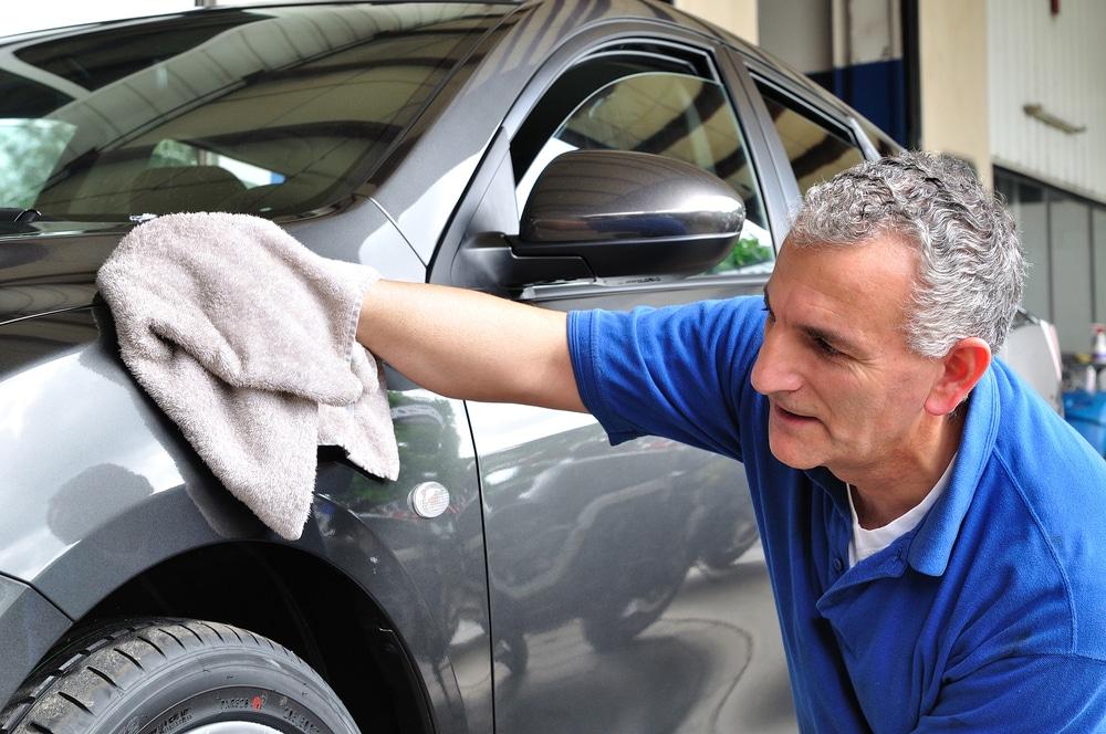 Homem fazendo limpeza de um carro