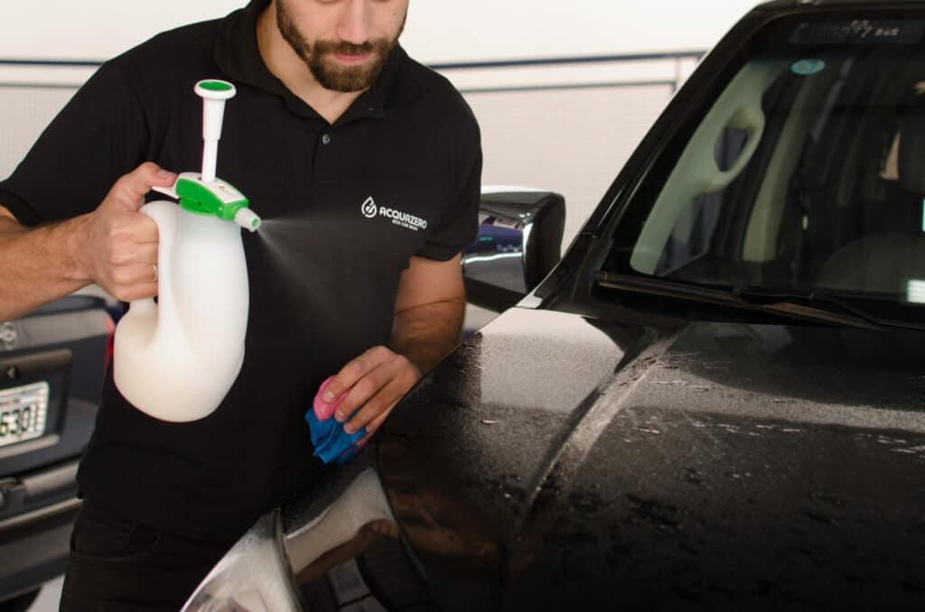 Funcionário da Acquazero fazendo a limpeza com um borrifador