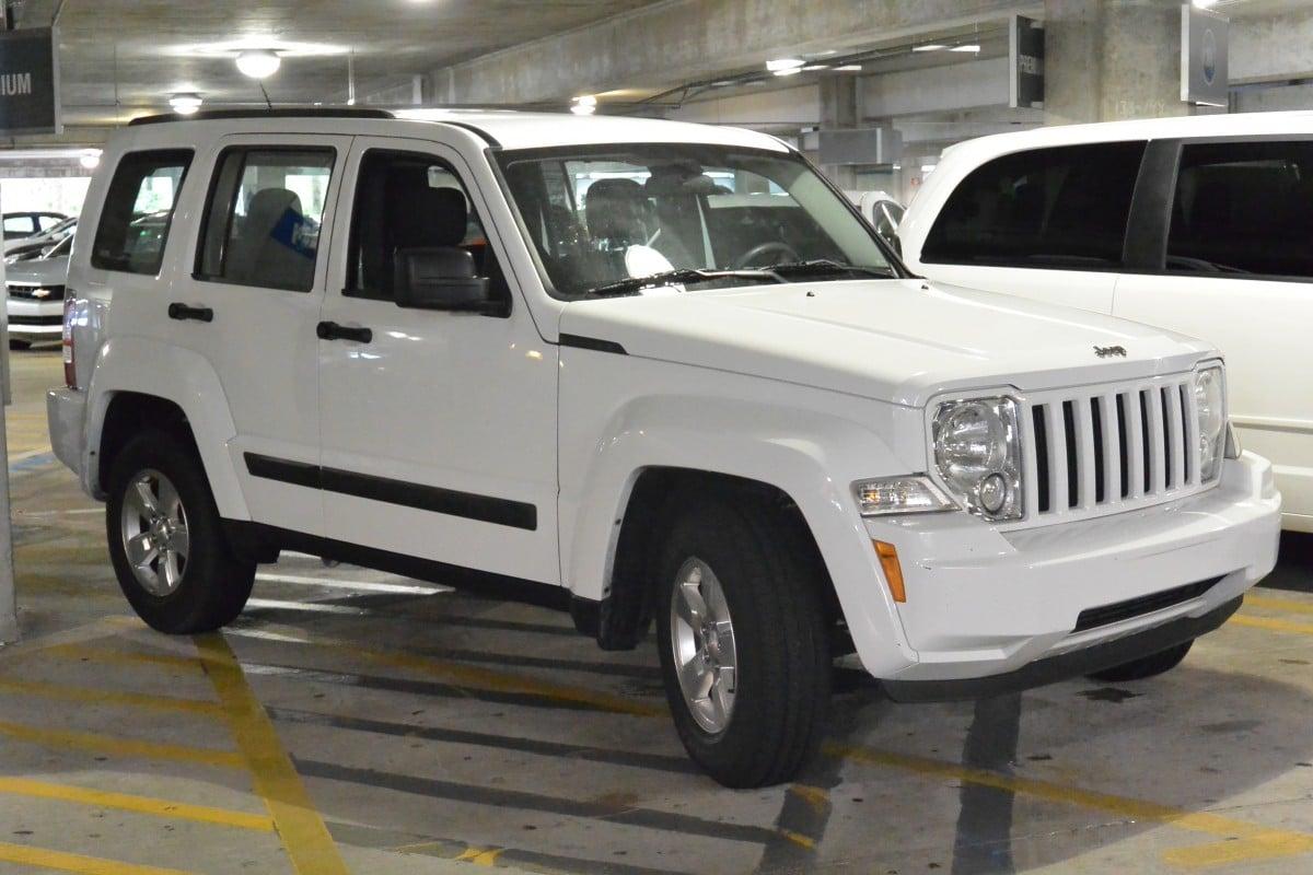 Carro branco estacionado em um estacionamento de shopping imagem ilustrativa texto sobre Higienização veicular