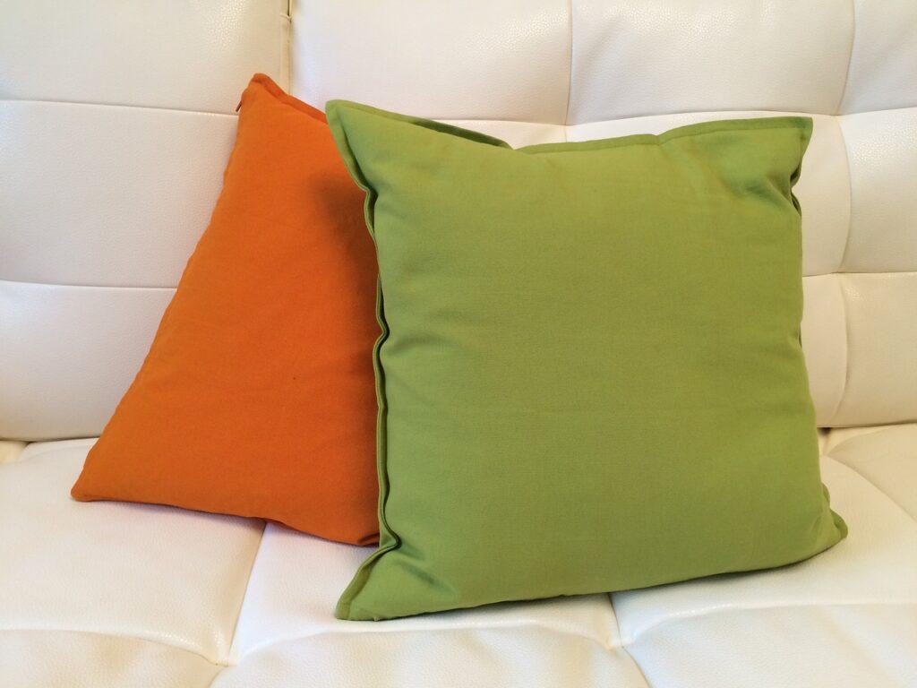 almofadas sobre um sofá texto sobre impermeabilização de estofados