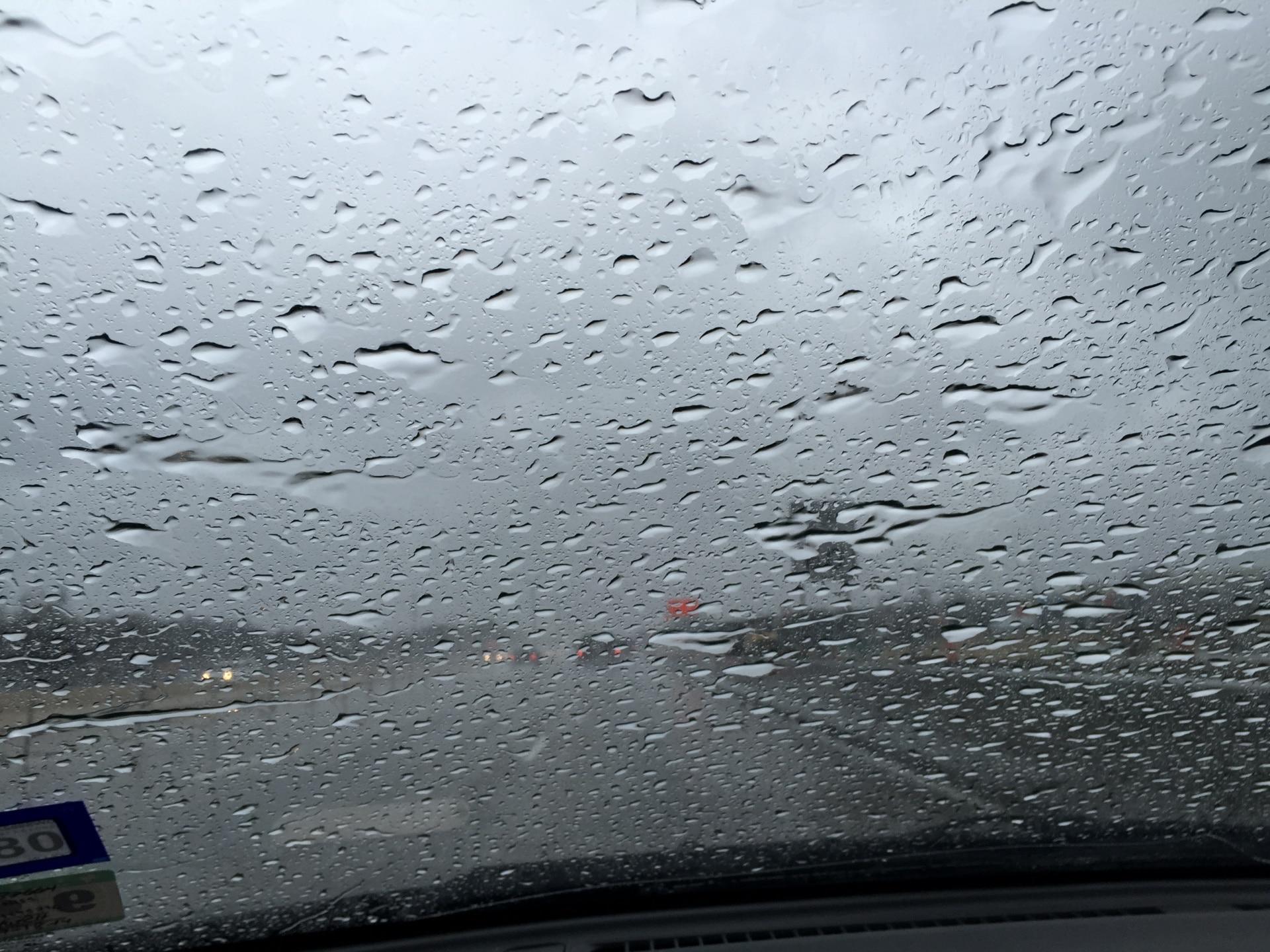 vidro da frente de um carro embaçado com gotas de chuva. Impermeabilização de vidros.