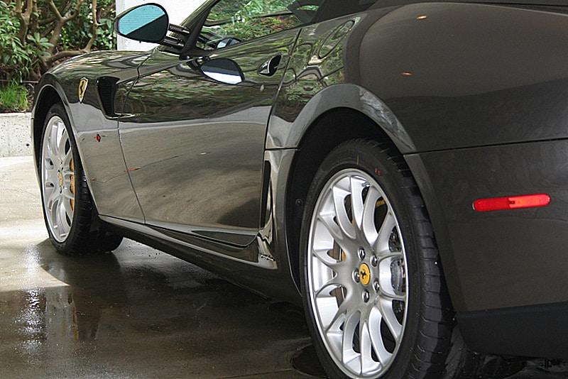 Ferrari preta vista no detalhe pela diagonal traseira