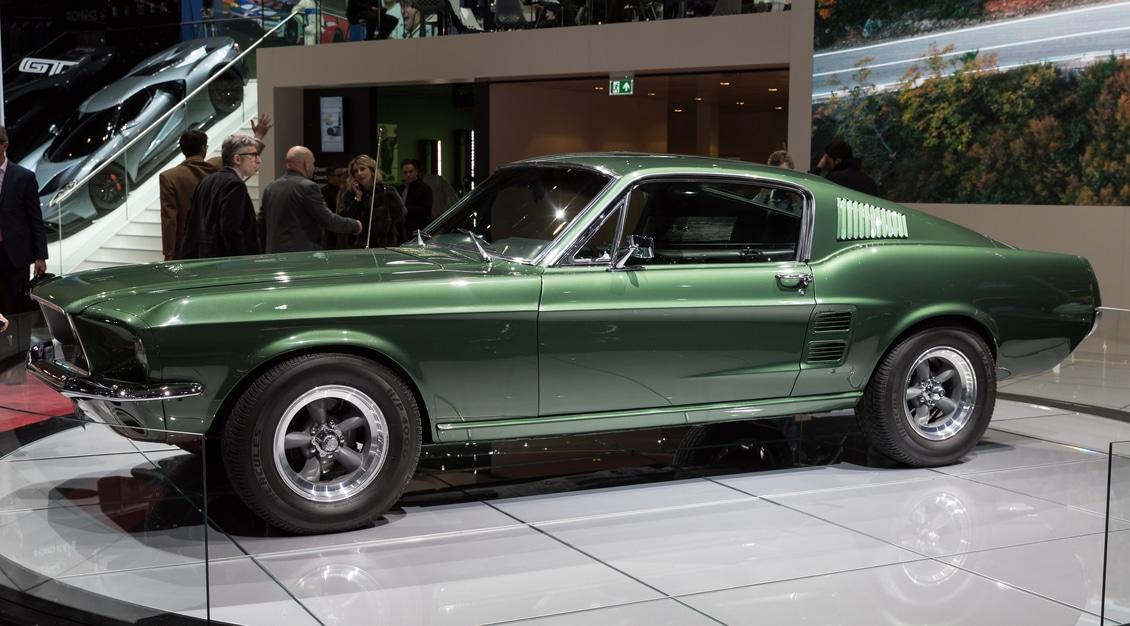 Mustang verde em um salão de exposição de carros imagem ilustrativa texto Polimento rodas