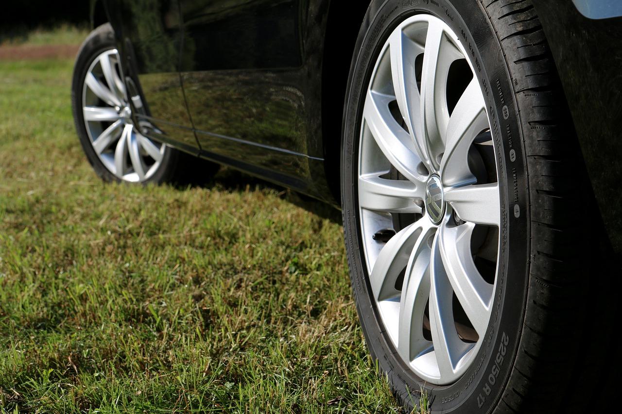 Carro preto na grama imagem ilustrativa texto Polimento rodas