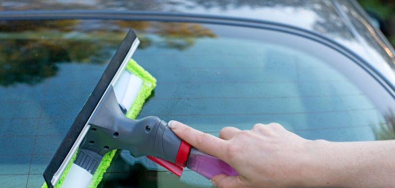 Saiba como resolver qualquer mancha no vidro do carro