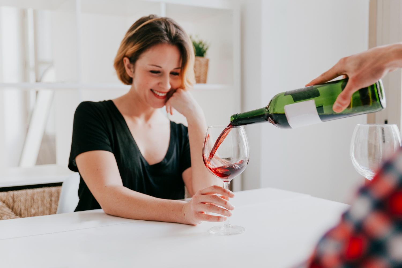Saiba como remover manchas de vinho de roupas, carpete e estofado