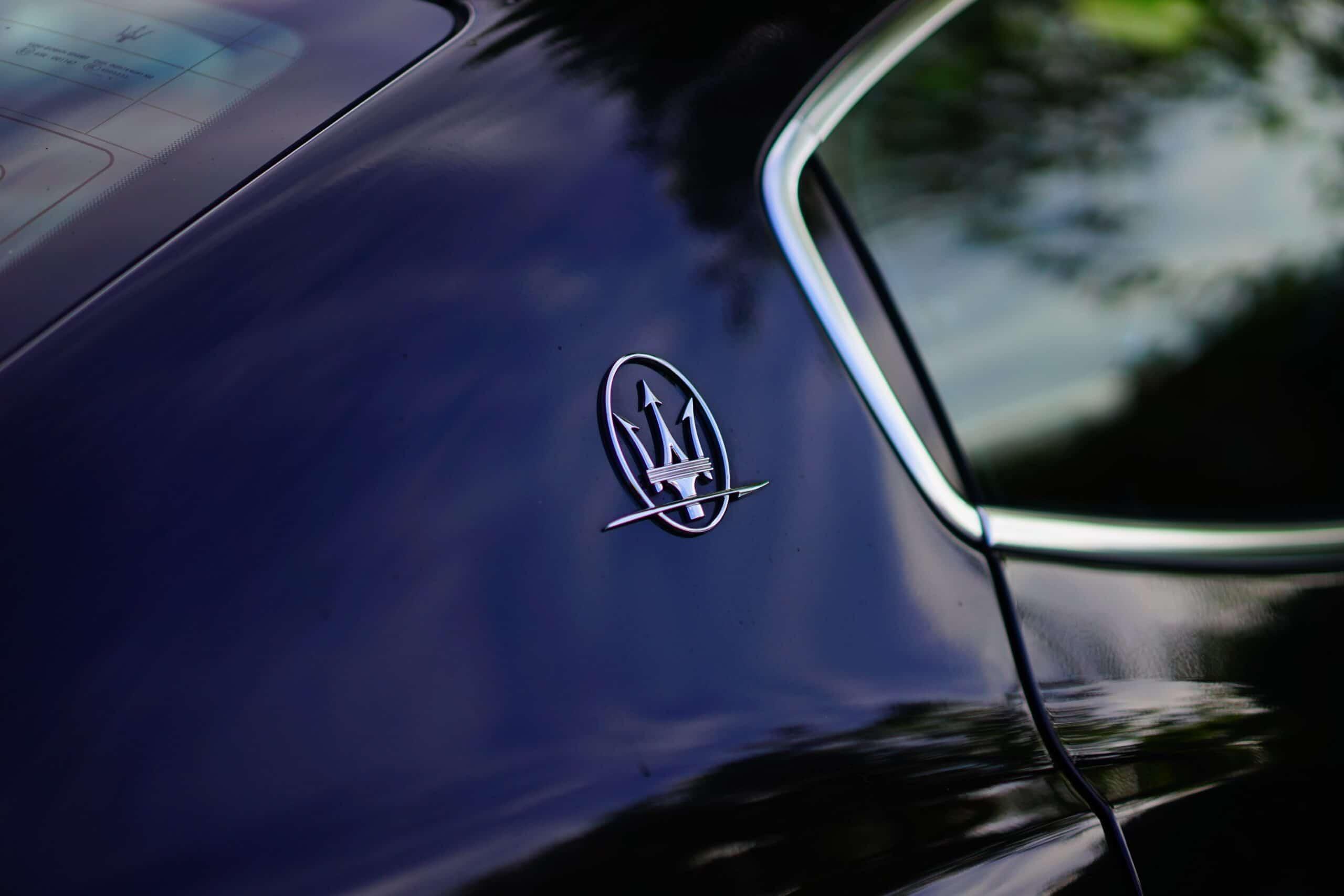 Coluna traseira de Maserati preto. Imagem ilustrativa texto limpar carro em casa Natal.
