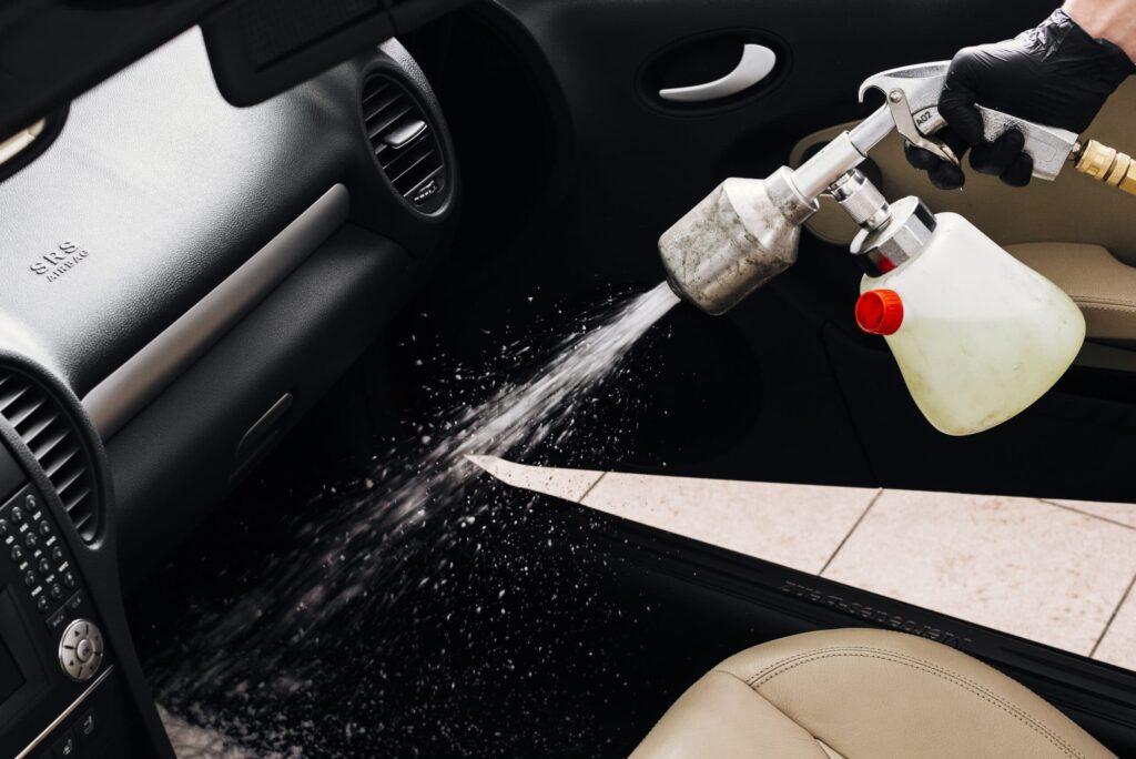 Como limpar carpete do carro com dicas fáceis e mantê-lo assim por mais tempo?