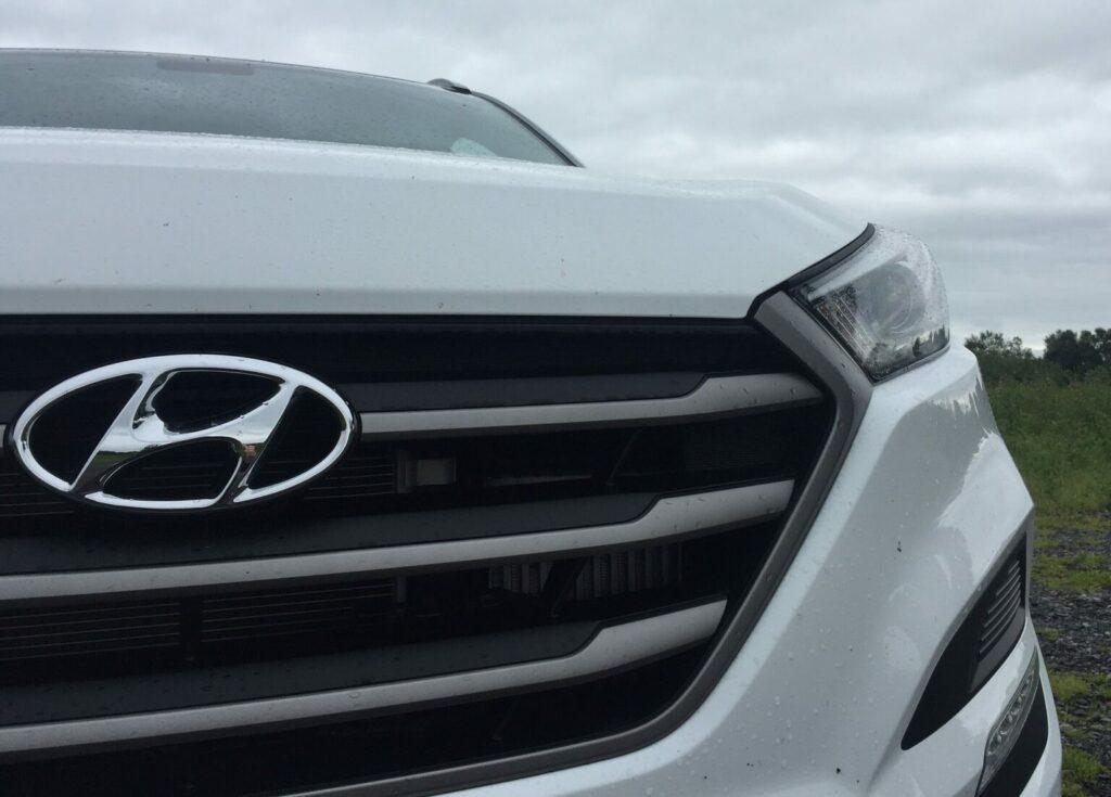 Detalhe da grade de Hyundai branco. Imagem ilustrativa texto lavar carro Batel.