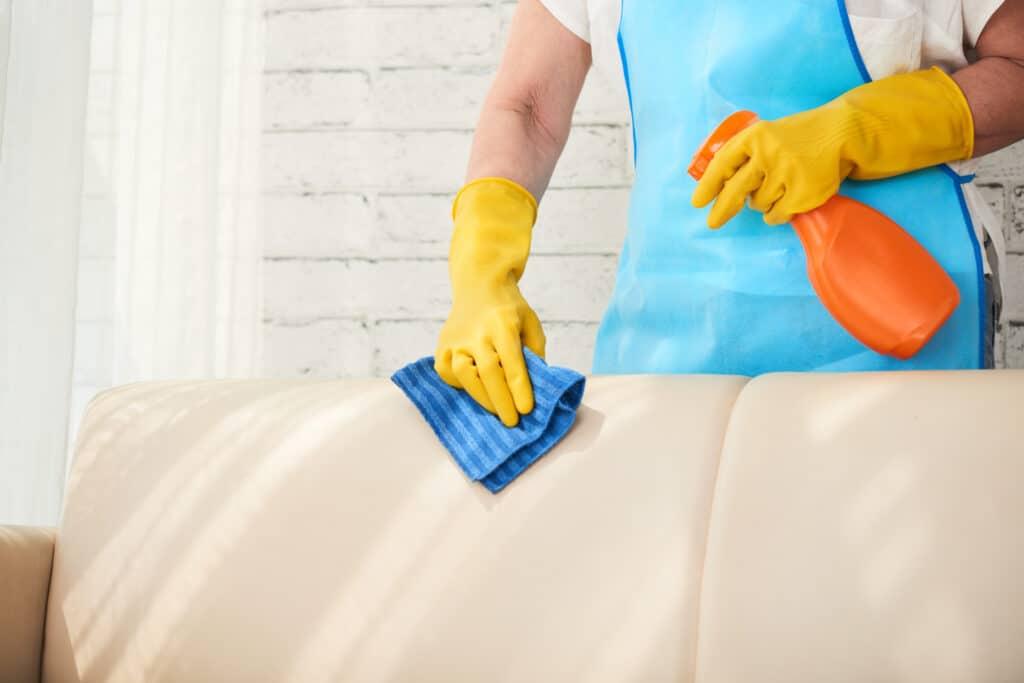 Conheça um método inovador e sustentável para limpar o seu sofá de modo prático. Assim, cuide da saúde da sua família e deixe o seu lar mais aconchegante. Leia agora!