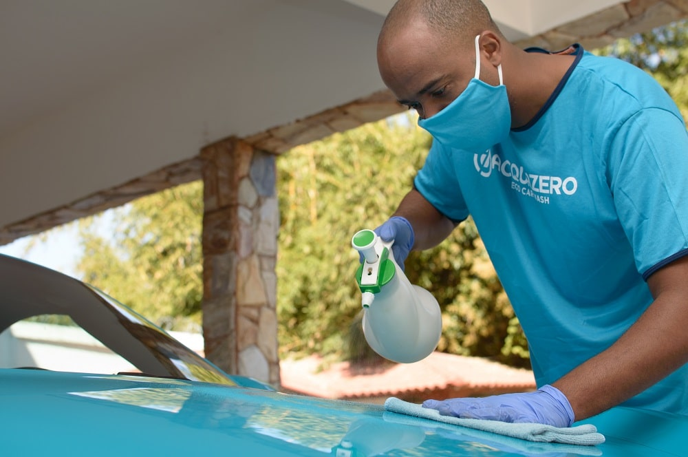 Funcionário da Acquazero fazendo a limpeza externa num carro. Imagem Ilustrativa texto lavar carro no Centro de cruzeiro.