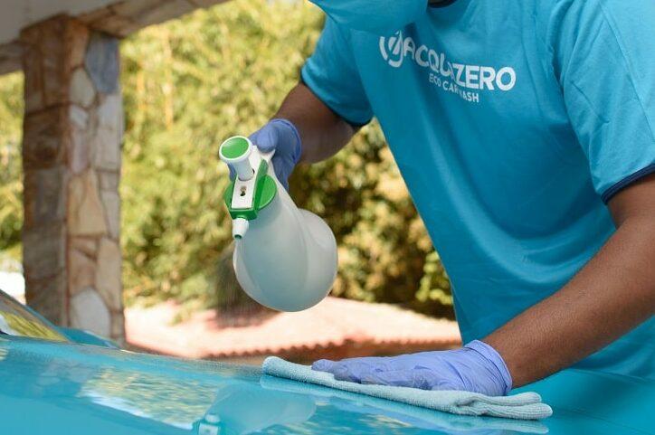 Funcionário da Acquazero fazendo a limpeza externa em um carro. Ilustração do texto sobre limpar carro Maracaju.