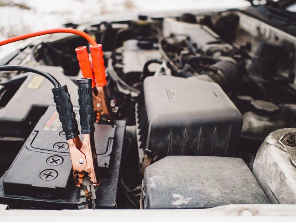 Imagem próxima de um motor. Nela é possível perceber várias peças e partes que compõem o motor, estando algumas delas sujas. Imagem ilustrativa para o texto limpar motor de moto.
