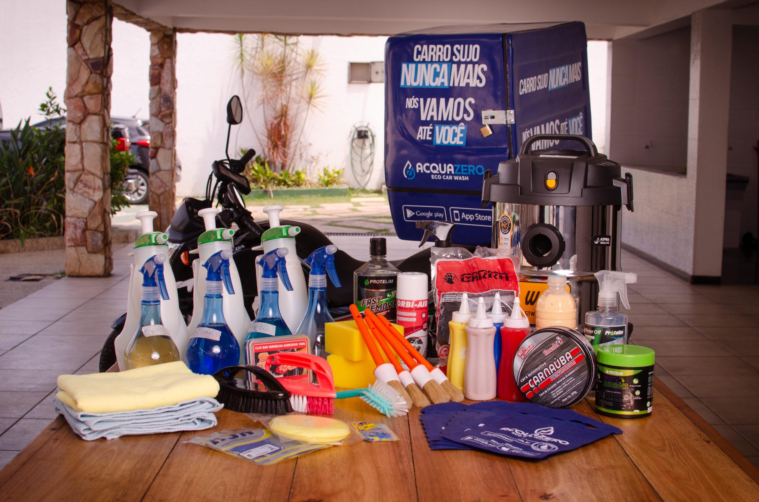 Vários produtos da Acquazero expostos sobre uma mesa. Ilustração do texto sobre lavar carro centro de Ponta Grossa.