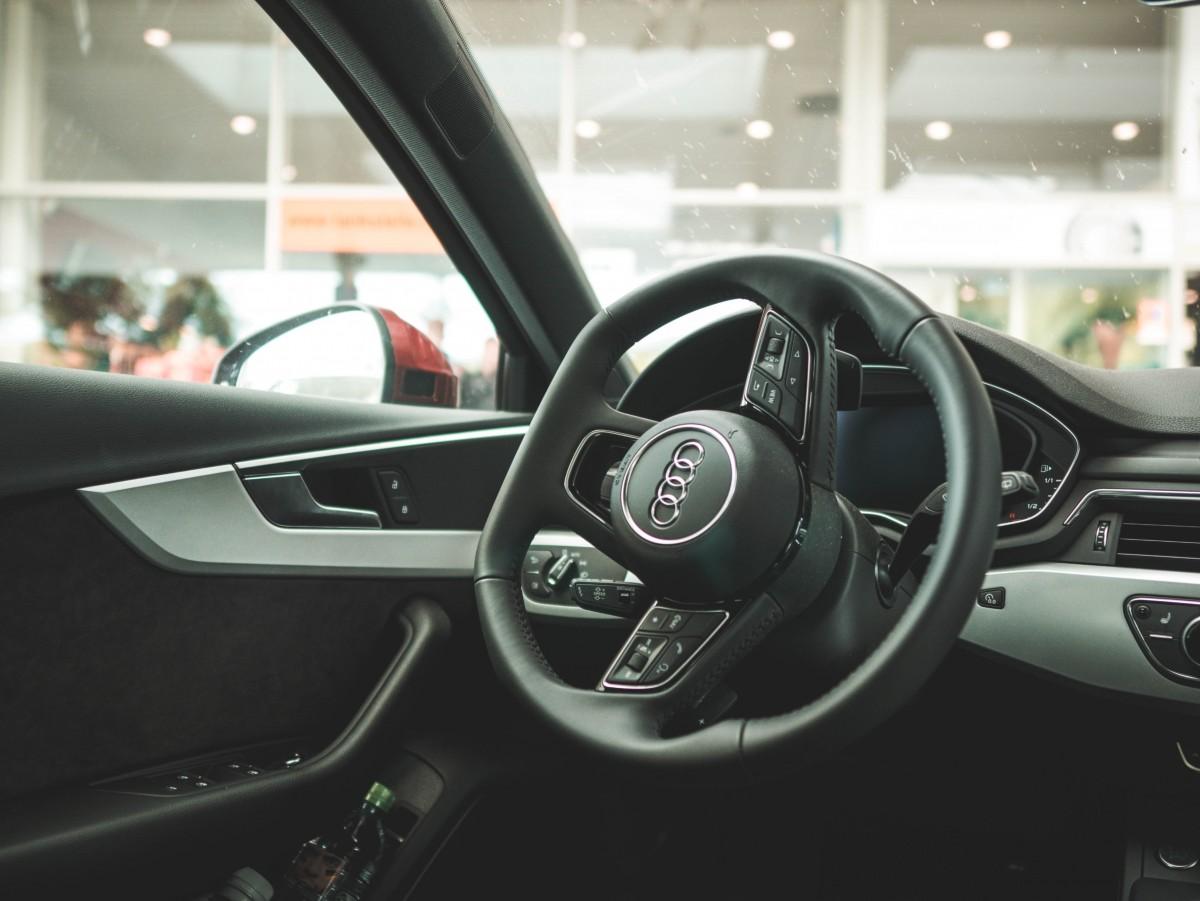 Volante e painel. Imagem ilustrativa do texto como desinfetar o volante do carro.