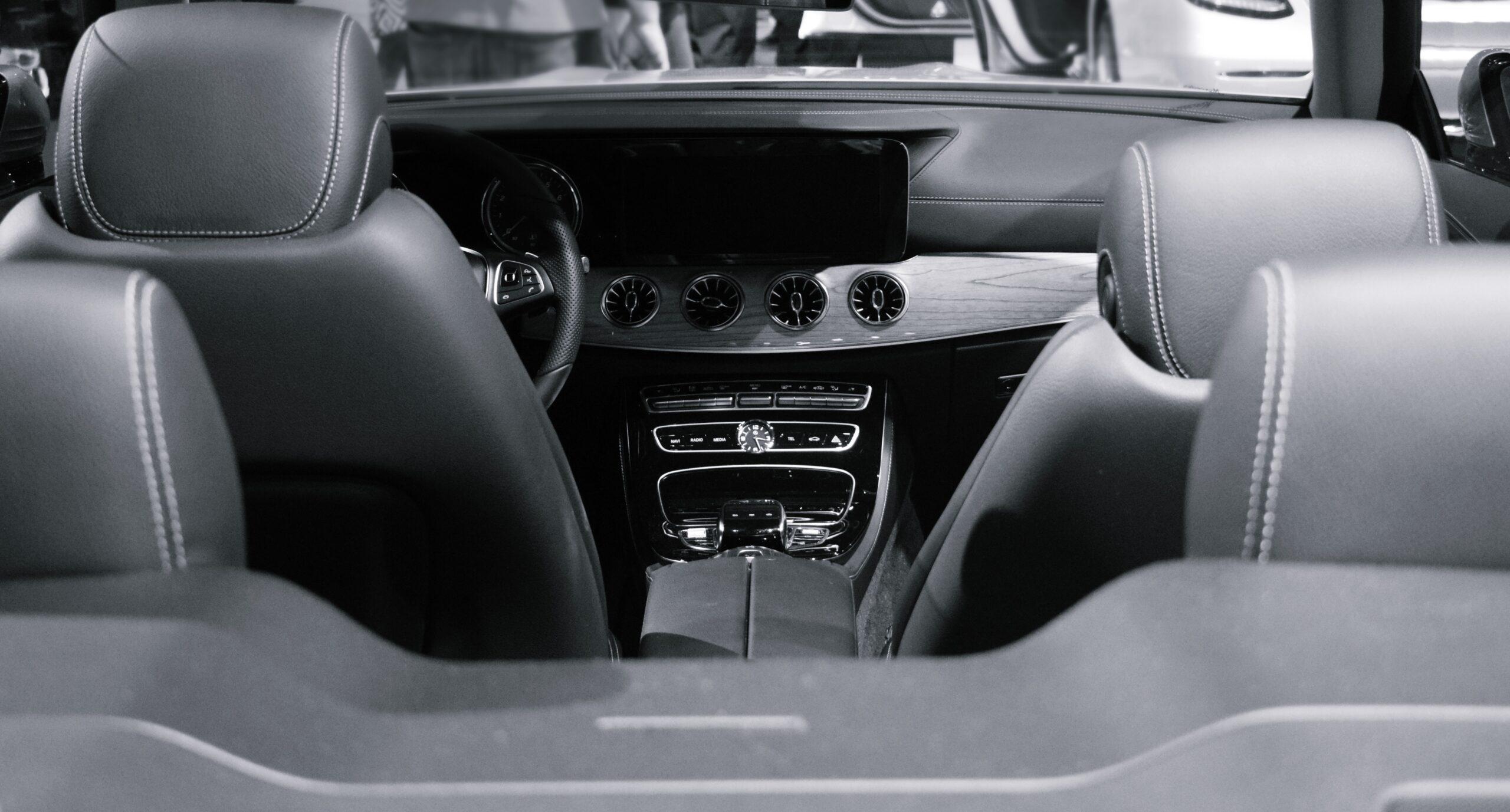 Interior de veículo com bancos de couro. Imagem ilustrativa do texto sobre lavagem ou limpeza.