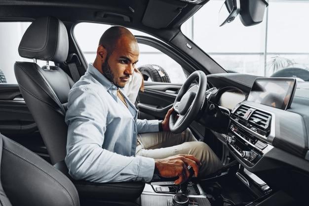 Homem sentado no banco do motorista de um carro. Imagem ilustrativa texto lavagem ou limpeza.