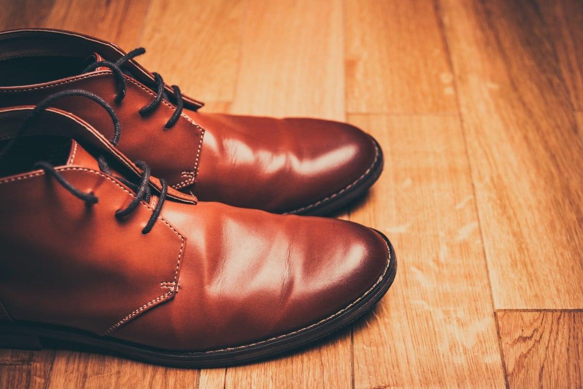 Sapatos de couro marrom. Imagem ilustrativa texto limpeza de couro tingido.