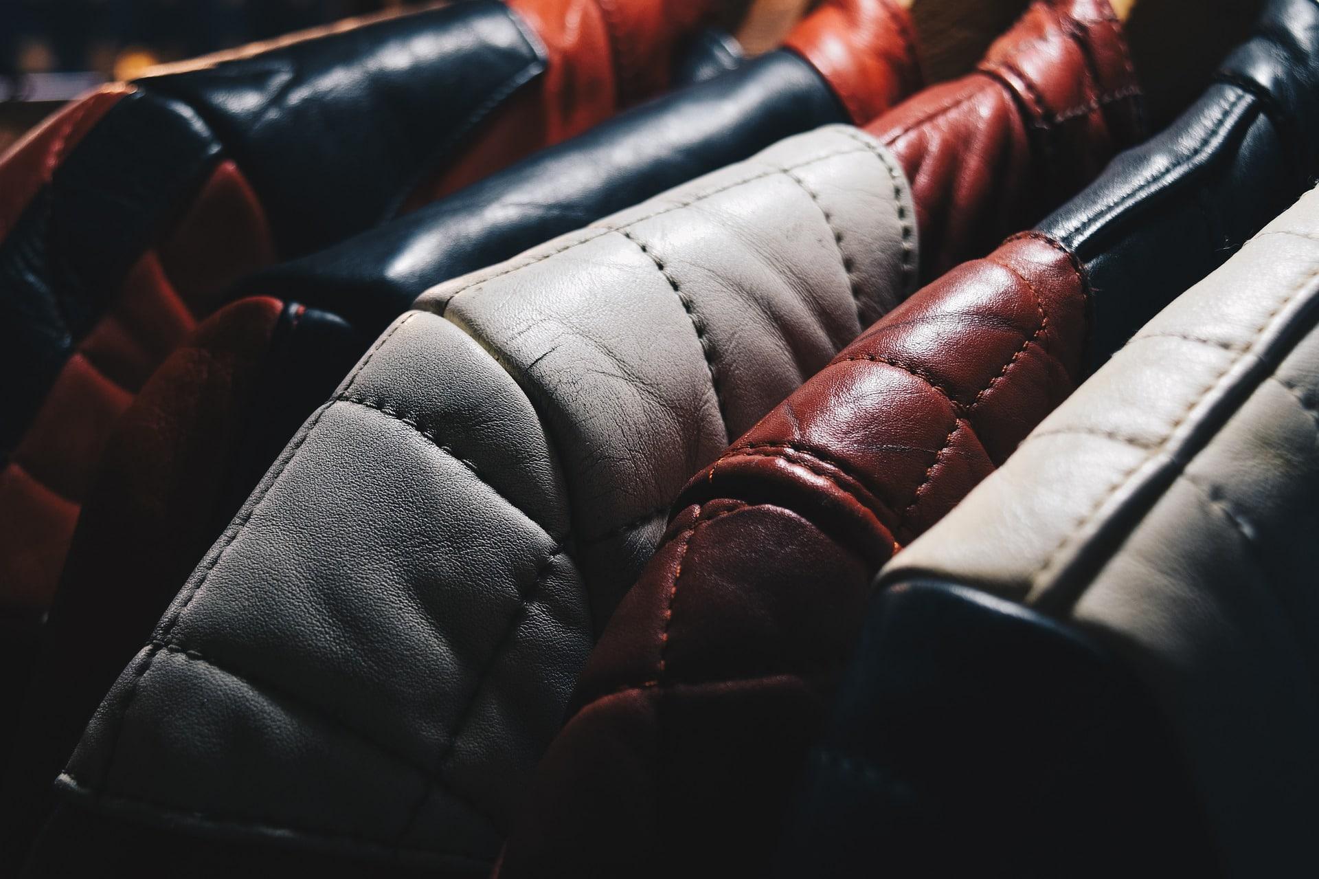 Quais os cuidados a se tomar na limpeza de couro tingido?