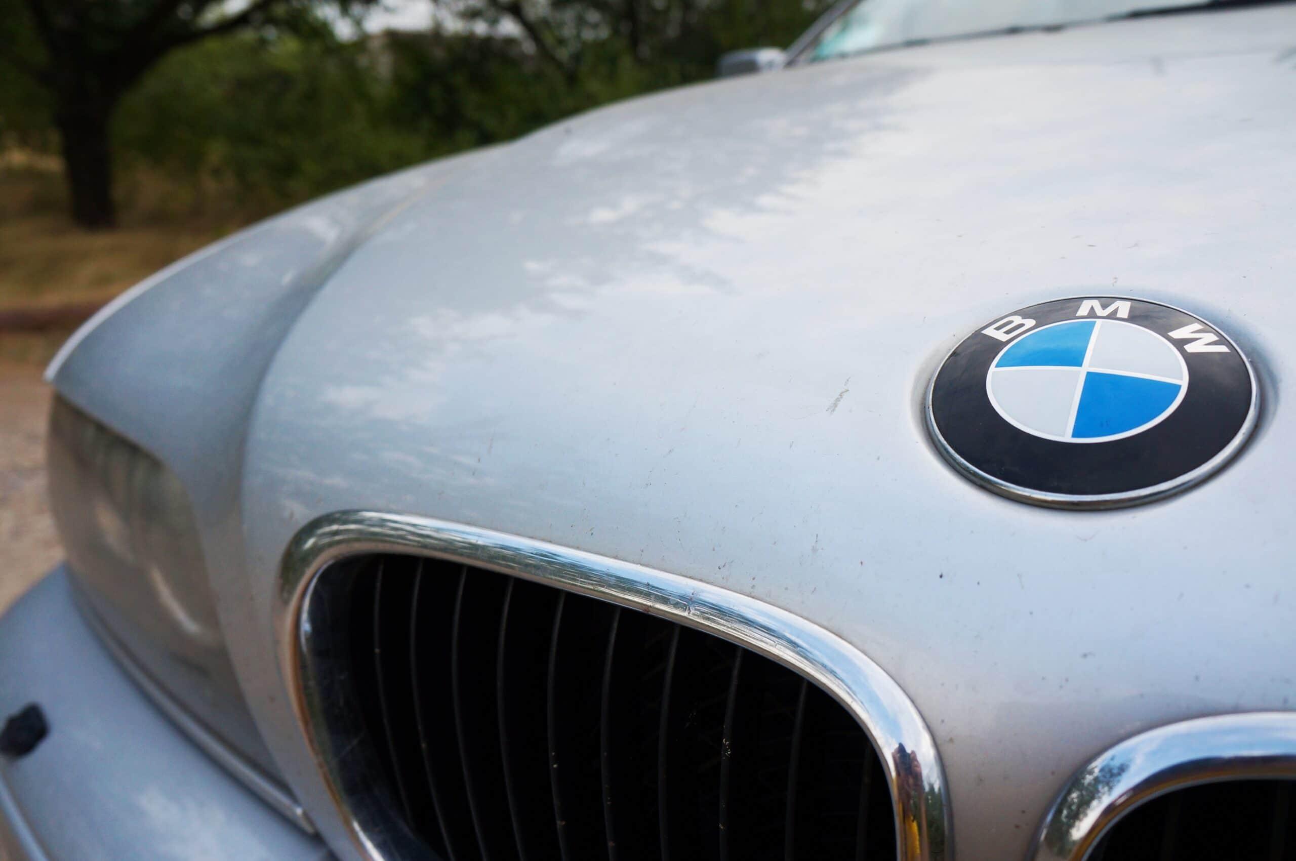 Close de capô de BMW branca.