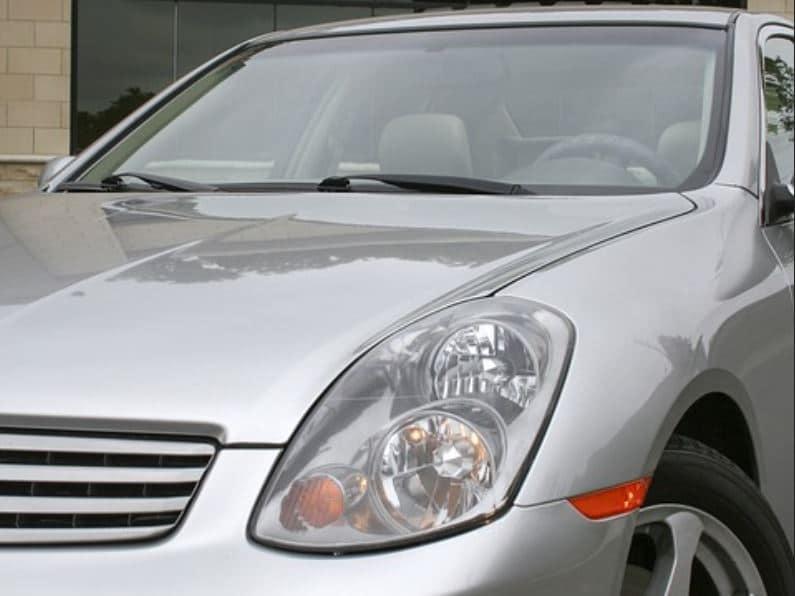 Detalhe de carro prata visto de frente. Imagem ilustrativa do texto lavar carro Centro de Pelotas.