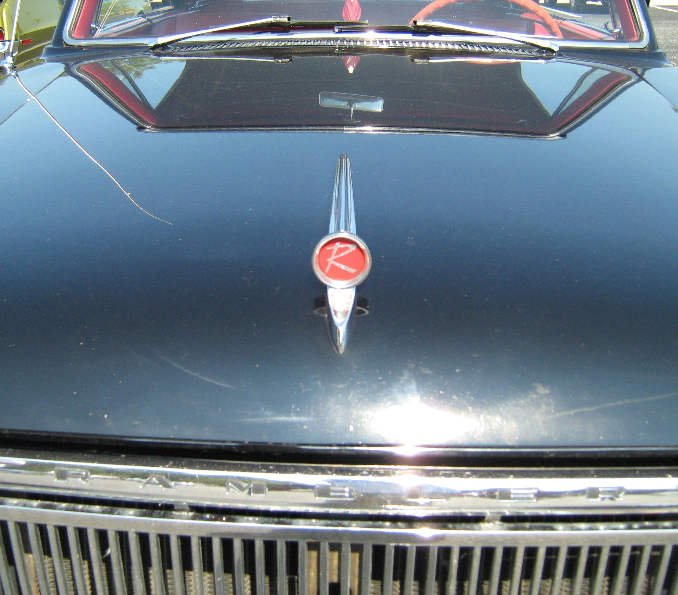 Capô. Imagem ilustrativa do texto lavar carro Independência.
