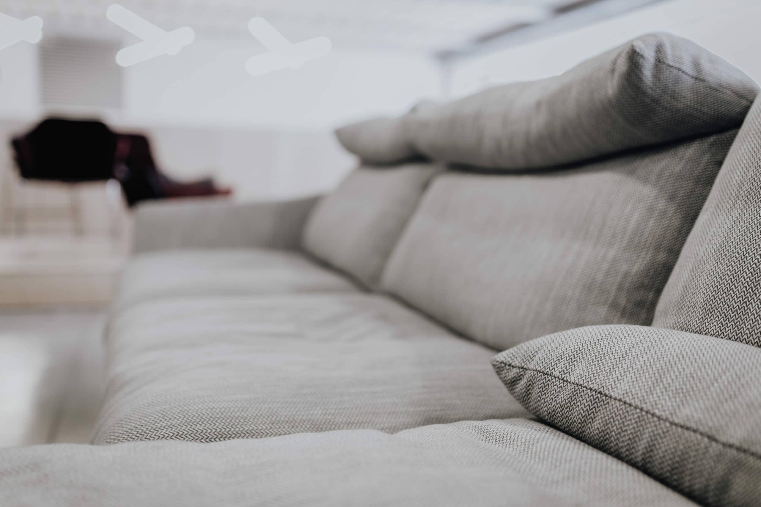 Sofá cinza, visto em proporção. Imagem do conteúdo sobre limpeza de sofá em Macaíba.