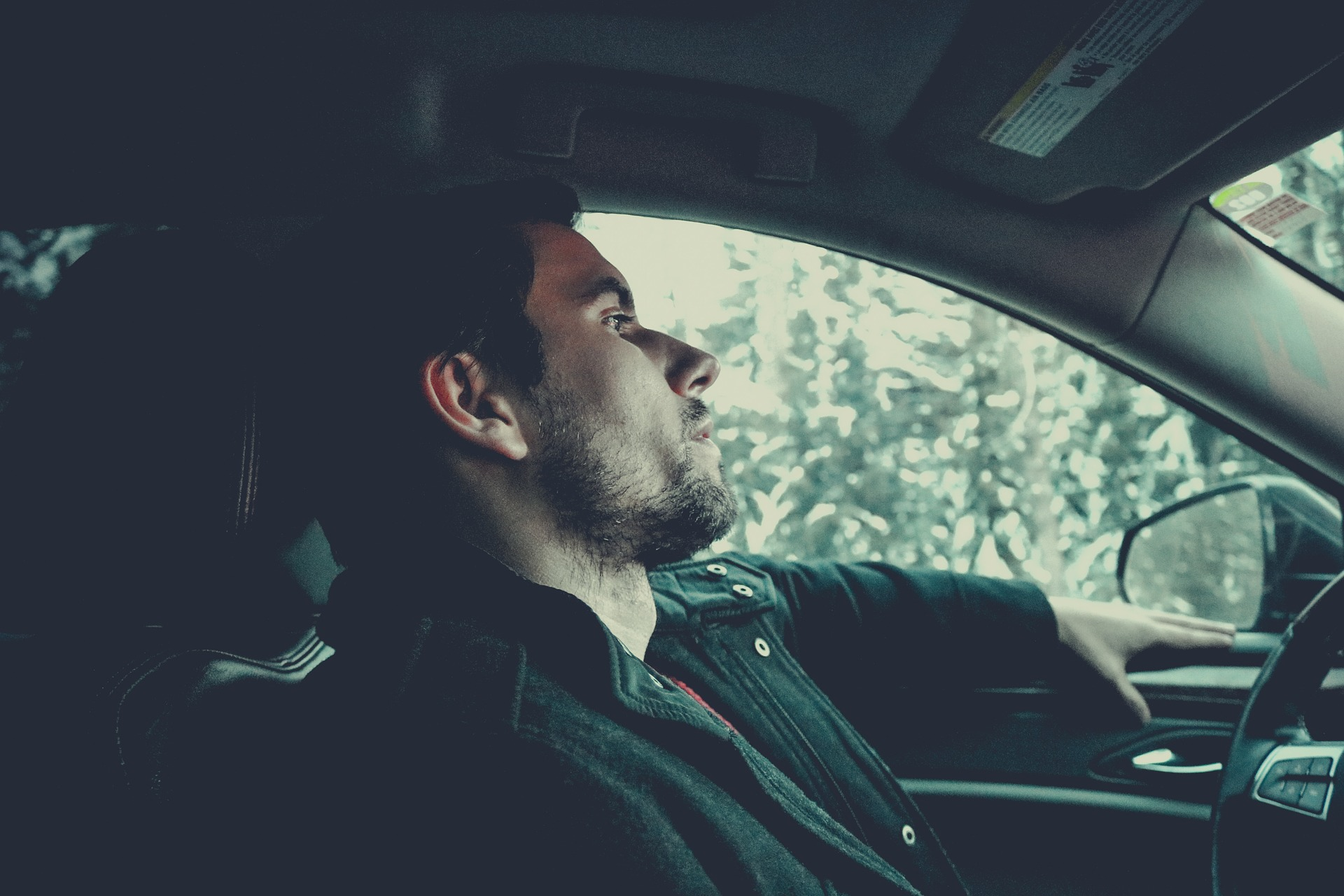 Foto de um homem dirigindo um carro. Imagem ilustrativa para o texto o que é oxi-sanitização automotiva.