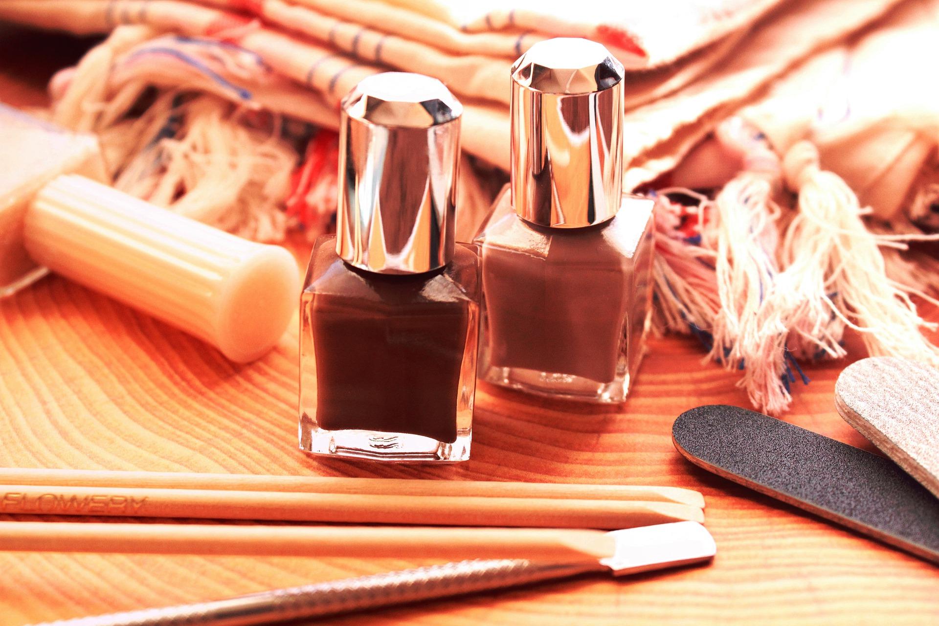 Foto de frascos de esmaltes e acessórios para fazer unha. Imagem ilustrativa para o texto como remover manchas no carpete.