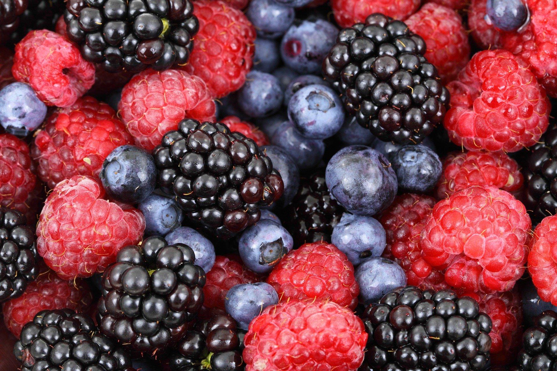 Foto de frutas vermelhas. Imagem ilustrativa para o texto sobre como tirar mancha de fruta.