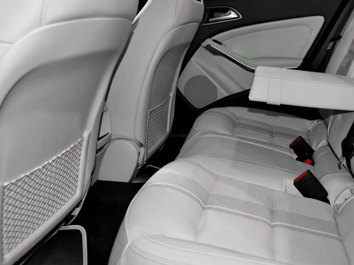 Foto da parte interna de um carro com bancos brancos. Imagem ilustrativa para o texto estofado do carro.