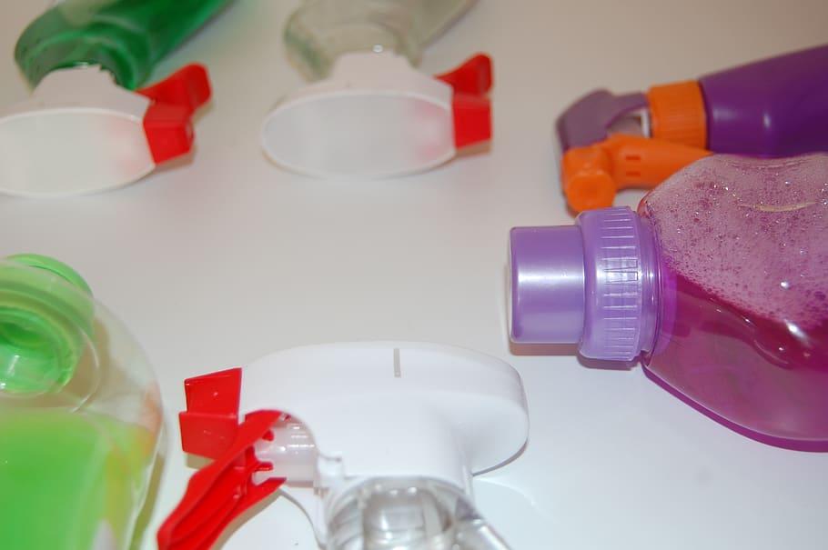 Foto de embalagens de produtos de limpeza. Imagem ilustrativa para o texto estofado do carro.