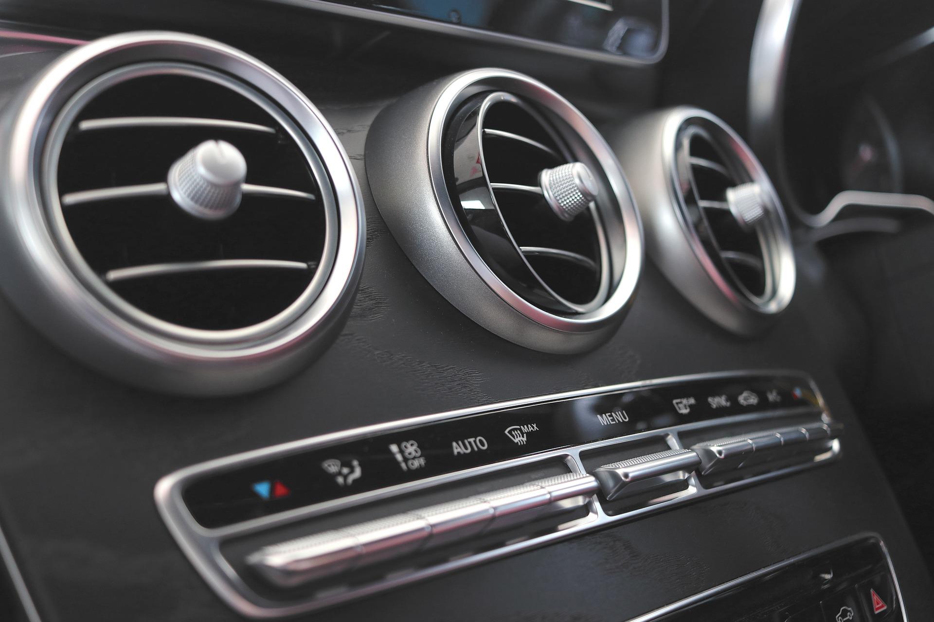 Foto do ar-condicionado do carro. Imagem ilustrativa para o texto higienização do seu carro.
