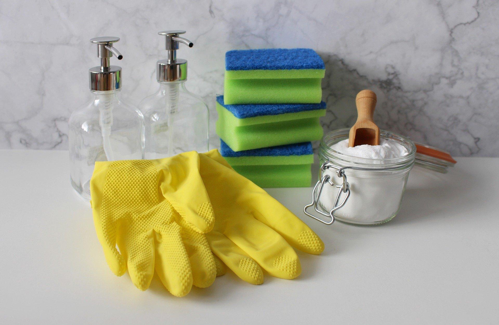 Foto de vários acessórios de limpeza, como luvas, esponjas e afins. Imagem ilustrativa para o texto limpeza de carpetes.