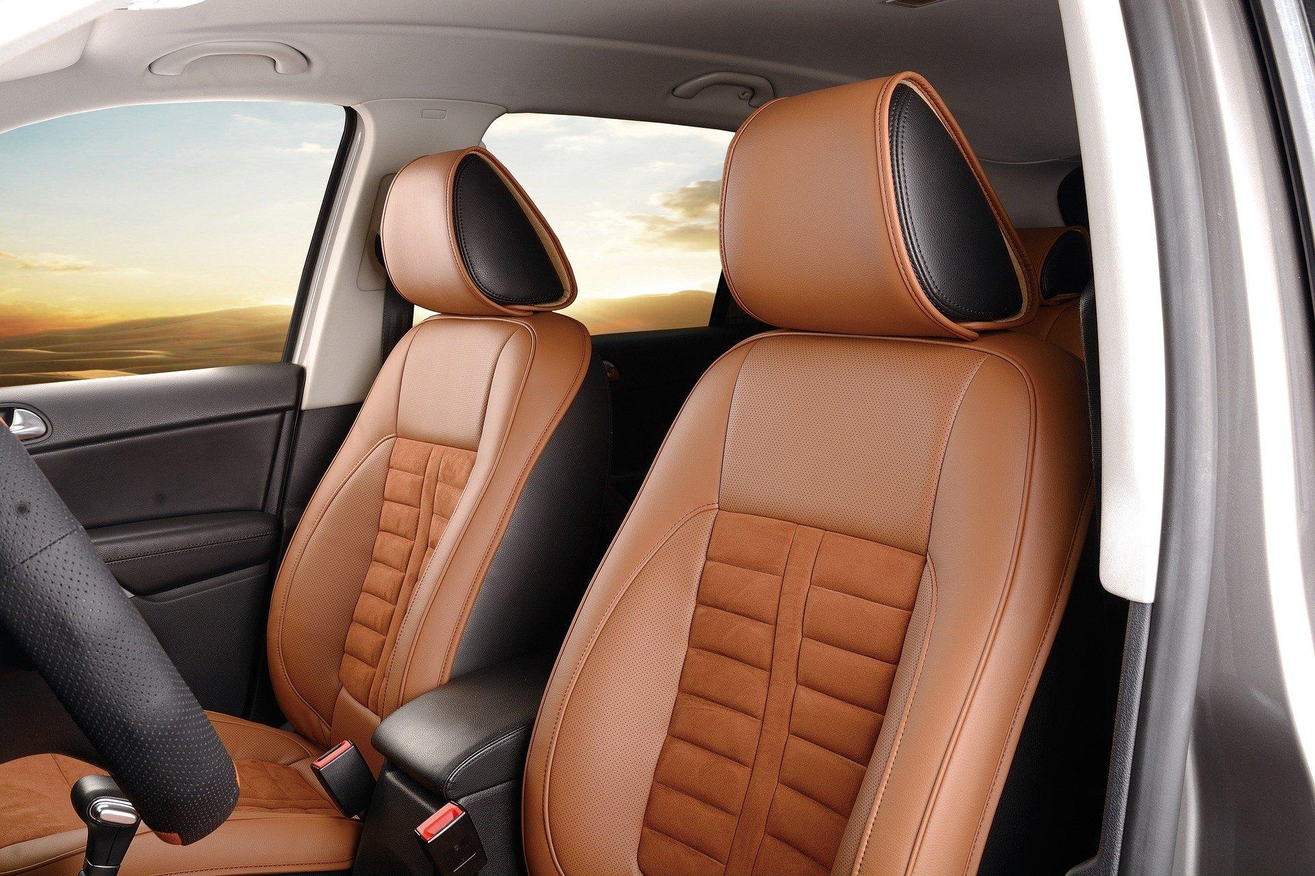 Foto de bancos marrons em um carro. Imagem ilustrativa para o texto limpeza de carros por dentro.