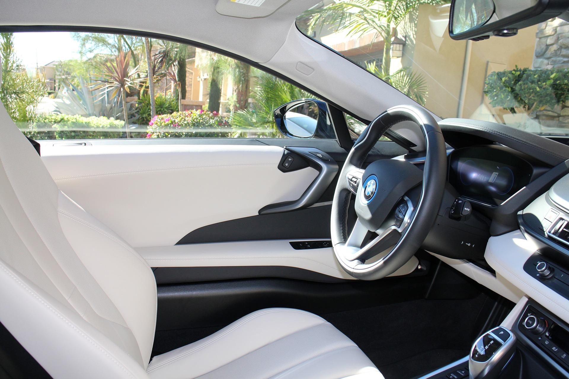 Foto da parte interna de um carro branco. Imagem ilustrativa para o texto limpeza de carros por dentro.