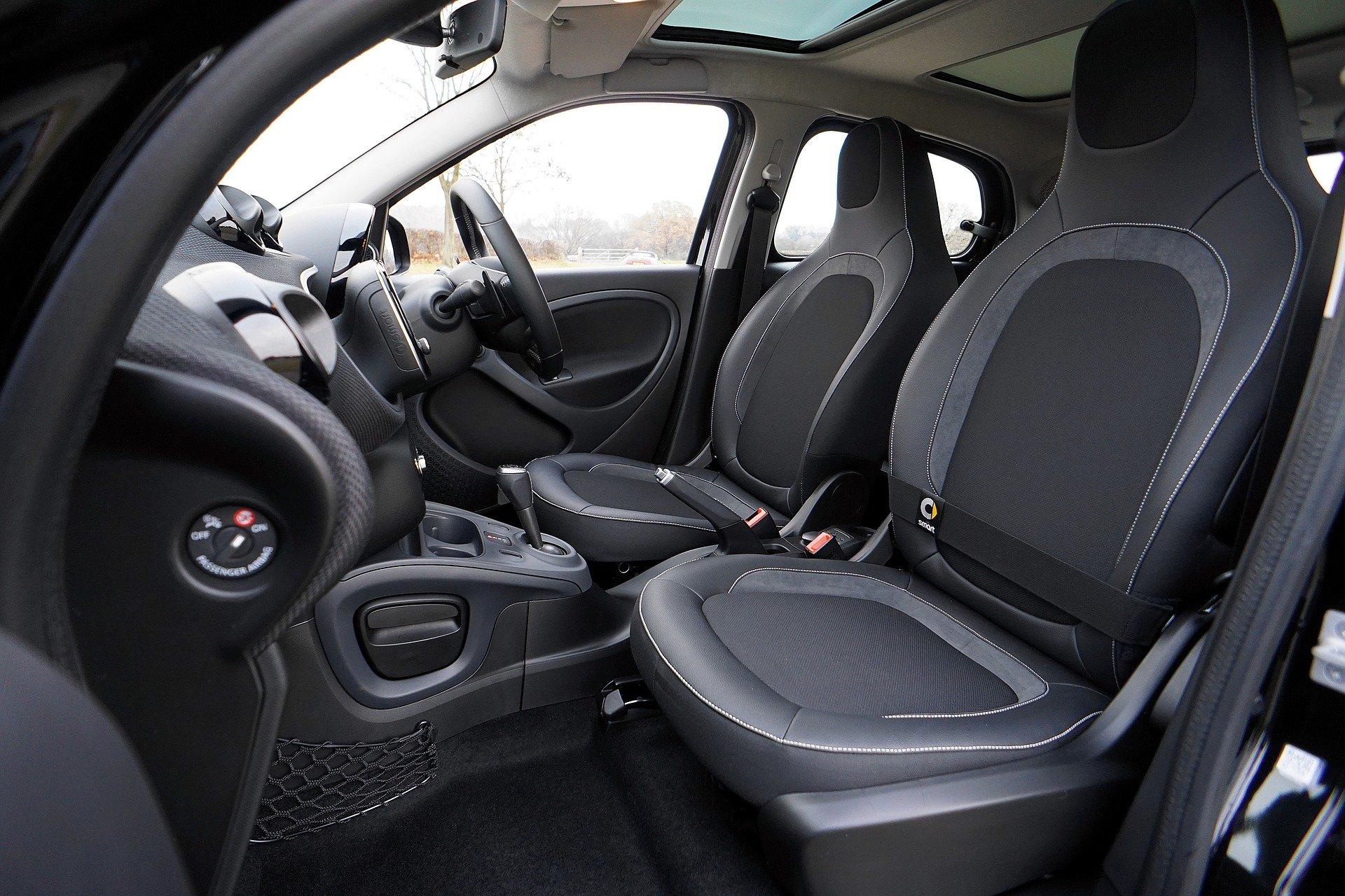 Foto da parte interior de um carro preto. Imagem ilustrativa para o texto limpeza de carros por dentro.