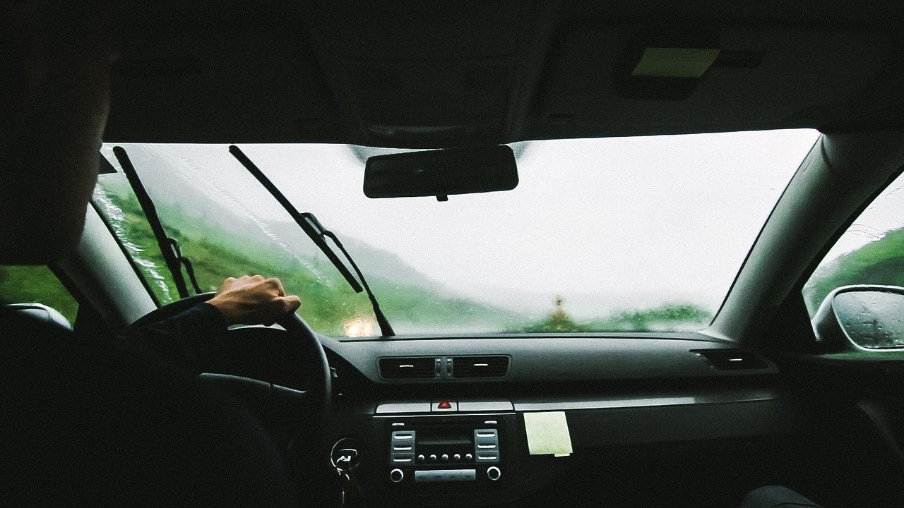 Como fazer a limpeza de vidros do carro? 7 dicas práticas e simples