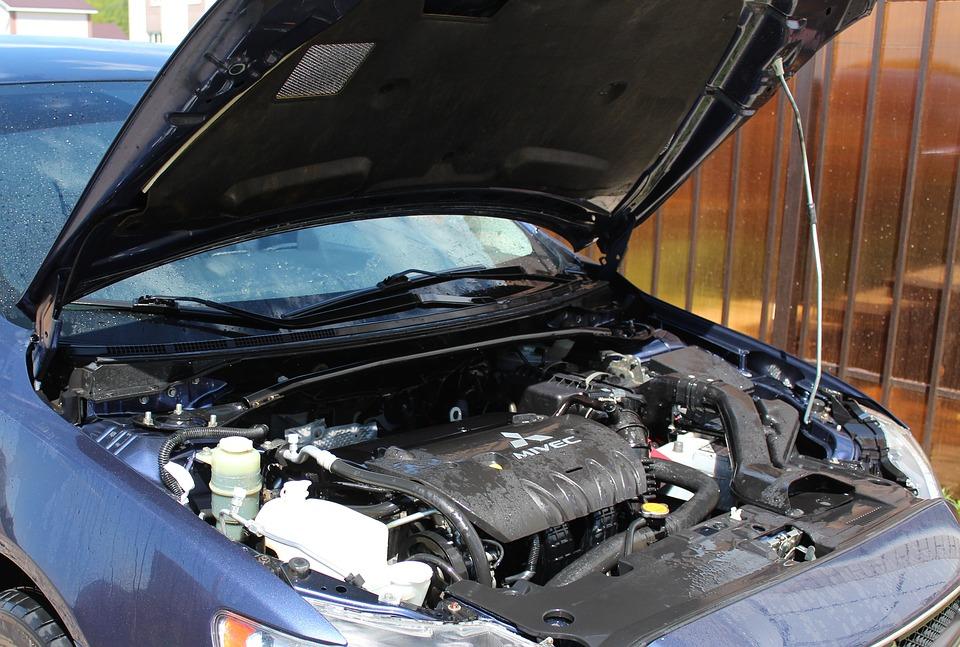 Foto do motor de um carro. Imagem ilustrativa para o texto limpeza técnica de motor a seco.