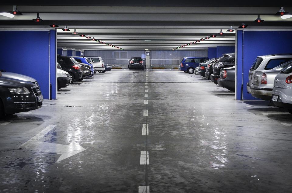 Foto de um estacionamento coberto com carros. Imagem ilustrativa para o texto manter a higienização do carro.