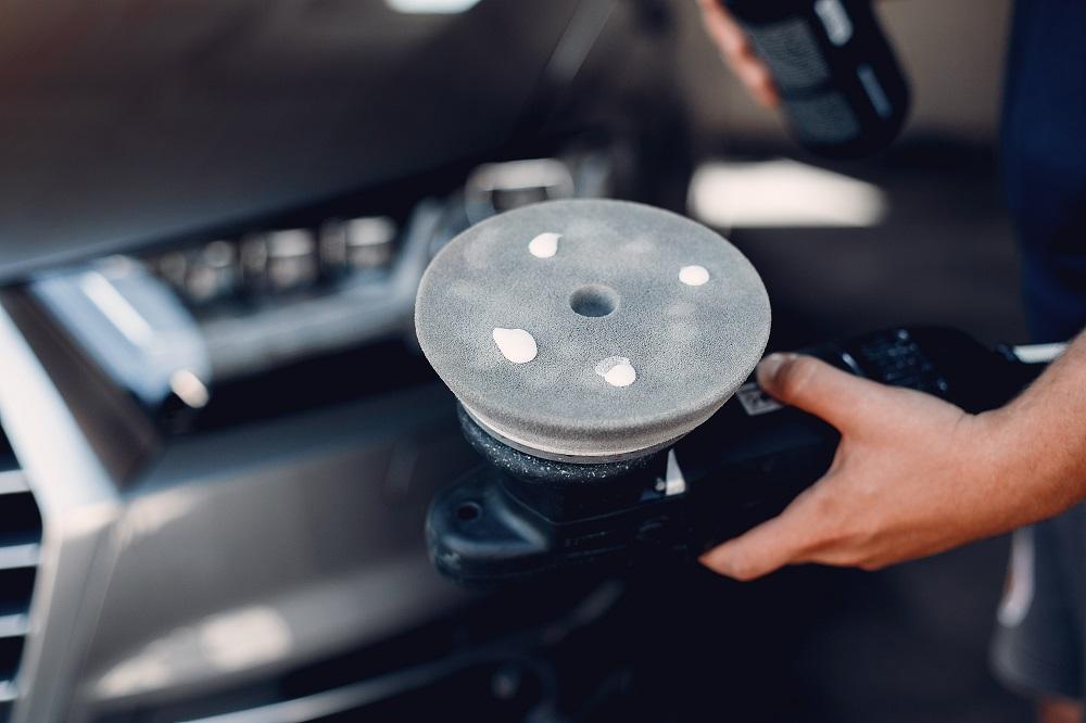 Foto de uma máquina de polir carros. Imagem ilustrativa para o texto quando é necessário polir o meu veículo.