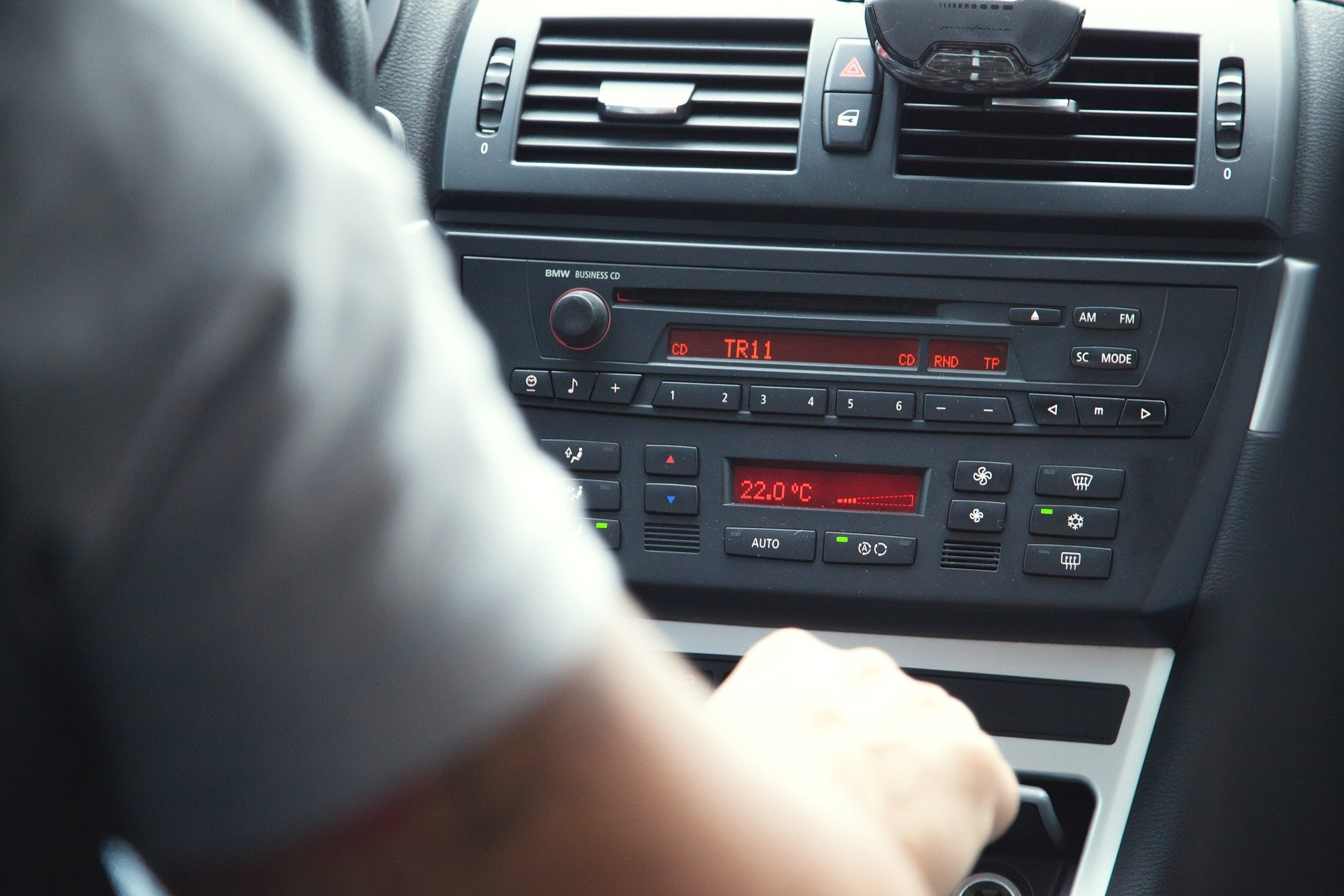 Foto do painel de um carro todo preto. Imagem ilustrativa para o texto sujeiras comuns em carros.