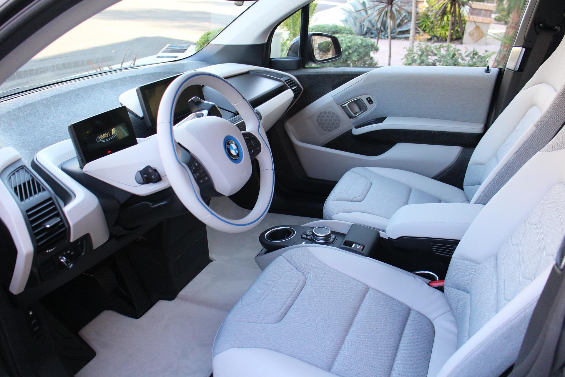 Foto da parte interna de um carro, todo branco, com bancos e painel. Imagem ilustrativa para o texto sujeiras comuns em carros.